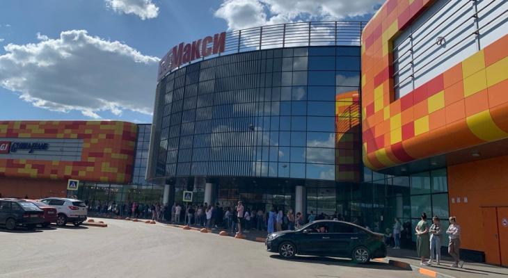 Очевидцы: из нового ТРЦ «Макси» на Луганской в Кирове эвакуируют людей