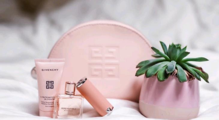 Собираем косметичку в отпуск: топ-5 средств для защиты кожи и волос летом