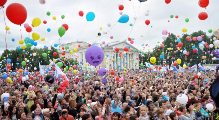 Елена Ковалева и  Дмитрий Осипов поздравляют кировчан  с Днем города и Днем России!