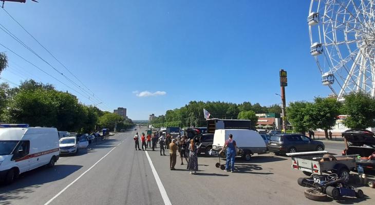 В центре Кирова проходит картинговый заезд: Октябрьский проспект перегородили
