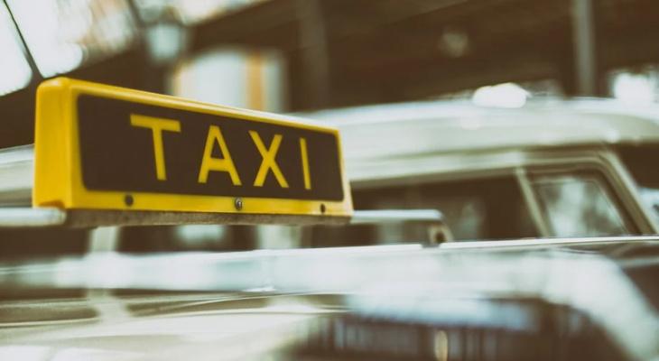 В Кировской области пассажир такси выбил ногой лобовое стекло автомобиля