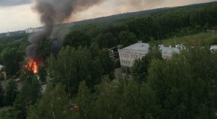 В Кирове бушует сильный пожар: на место ЧП выехали 5 пожарных автомобилей