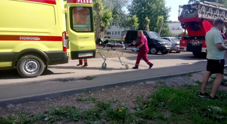 Утром в Кирове произошел пожар: из горящего дома госпитализировали мужчину