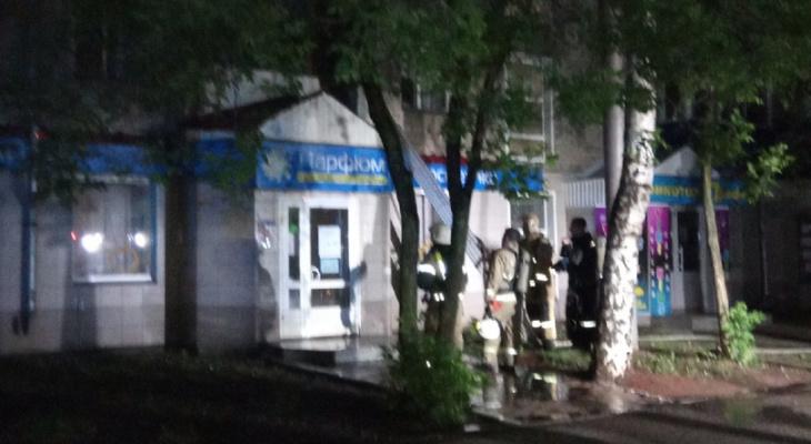 Крыльцо магазина косметики загорелось в центре Кирова