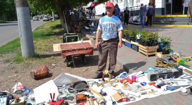 «Не торгую бельем и косметикой»: продавец кировского блошиного рынка о своей работе
