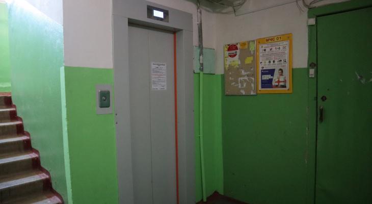 В Кирове жители многоэтажки боятся ездить на новых лифтах