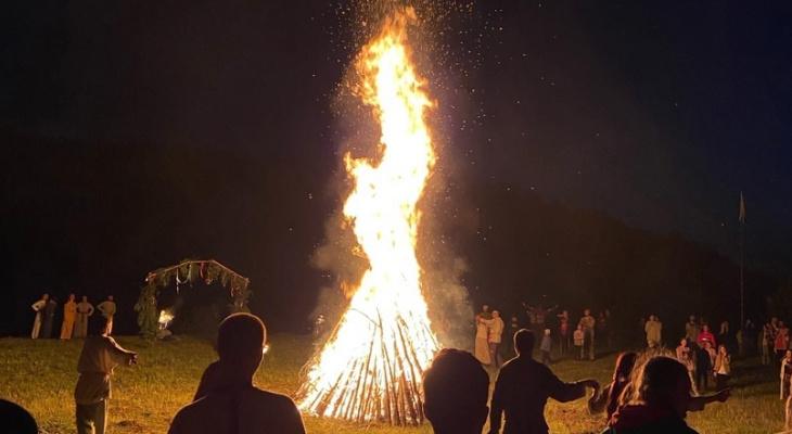 Кировчане разожгли огромный костер в честь дня летнего солнцестояния