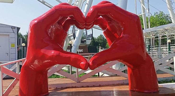 В Кирове новый арт-объект «красные руки любят тебя» вызвал неоднозначную реакцию жителей