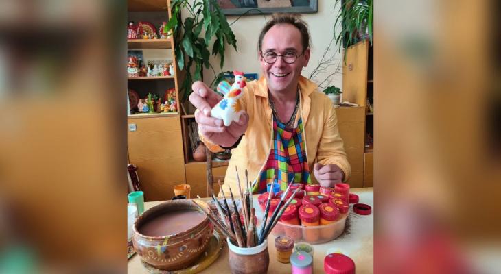 Актер Максим Аверин смастерил дымковскую игрушку в Кирове