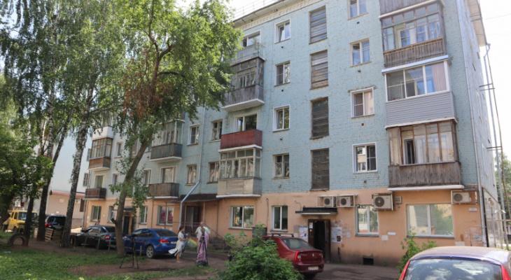 Дом на улице Воровского в Кирове заполонили черви, тараканы и мухи