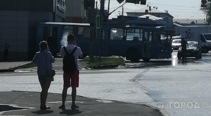 В Кирове троллейбус въехал в закусочную «Данар» на Комсомольской