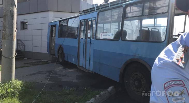 «Мы вызывали скорую водителю троллейбуса»: очевидцы о ДТП на Комсомольской