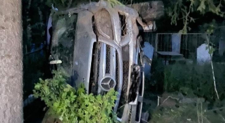 В Омутнинске водитель «Мерседеса» попал в ДТП на кладбище