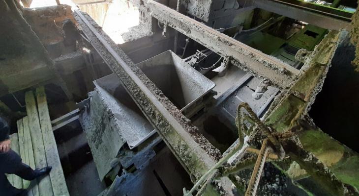 На кировском заводе рабочий без каски упал с 5-метровой высоты