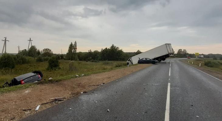 В Котельничском районе столкнулись 3 иномарки: есть погибшие и пострадавшие