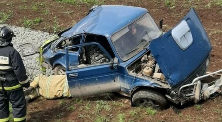 У Белой Холуницы «Нива» съехала с дороги и опрокинулась: водитель в больнице