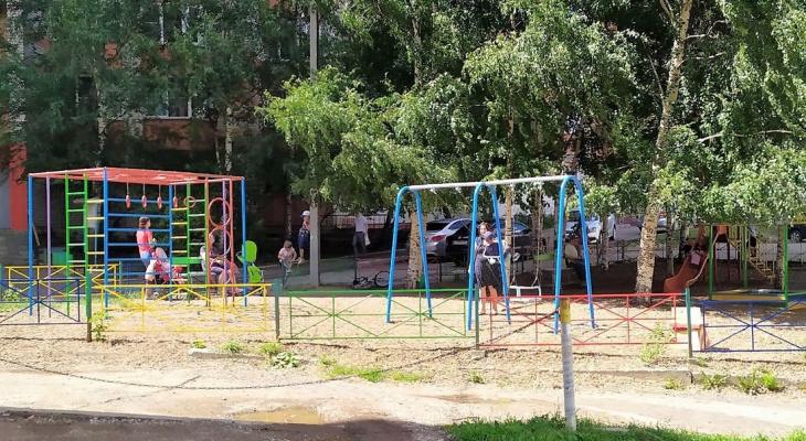 Детскую площадку, рядом с которой девочка упала в кипяток, отказываются переносить