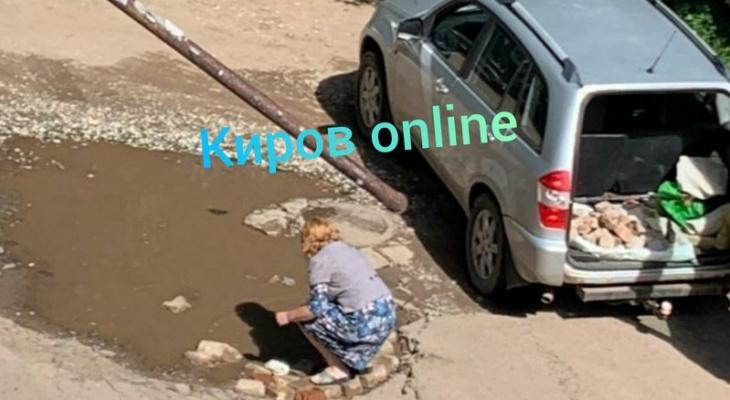 Кировчанка на машине привезла битый кирпич и засыпала яму на дороге