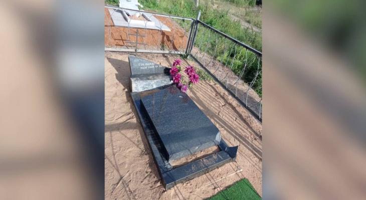 В Кировской области 11-летний мальчик сломал памятники на кладбище