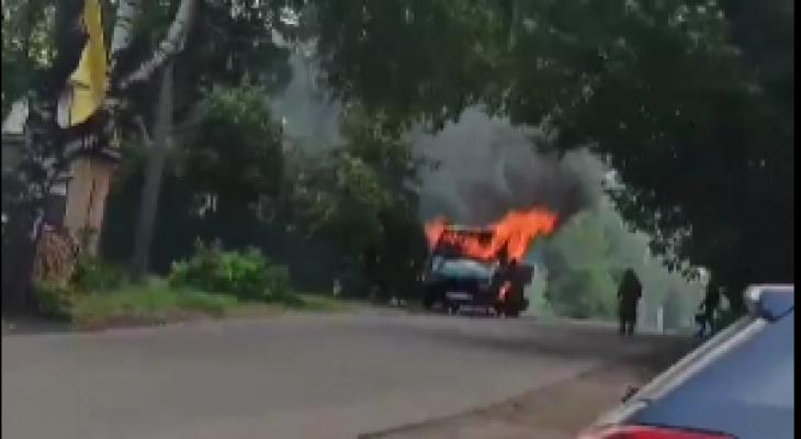В Котельниче у детской поликлиники загорелся автомобиль