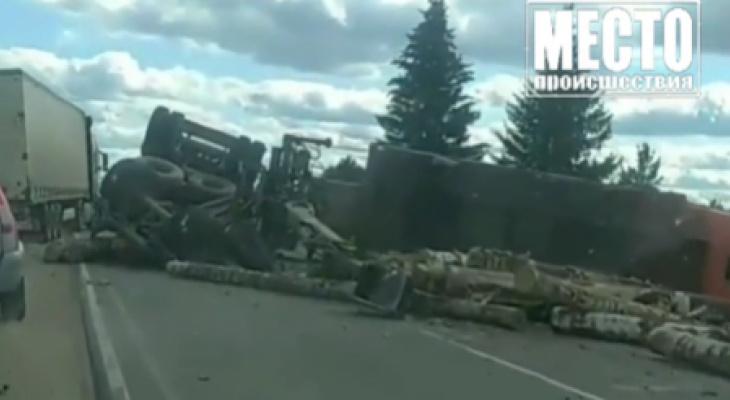 В Кировской области опрокинулся КамАЗ с прицепом, который перевозил бревна