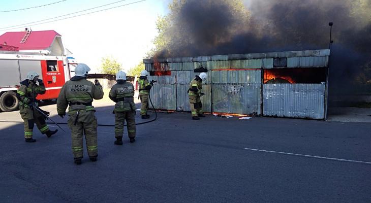 В Кирове на улице Орловской сгорела мусорная площадка