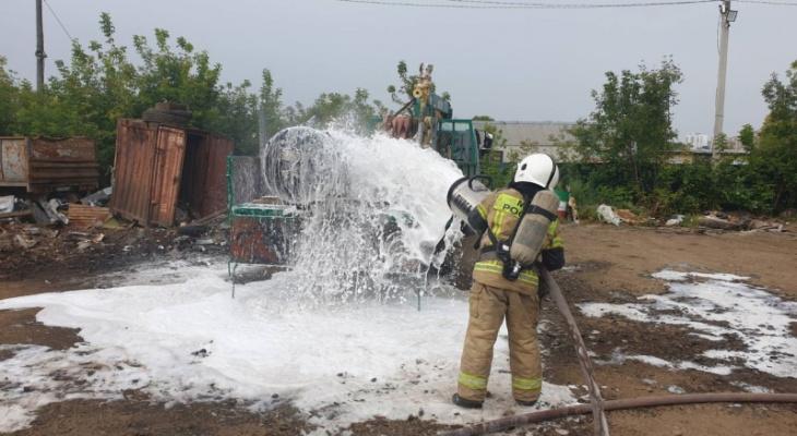 МЧС проливает цистерну с газом, запах которого распространяется по Кирову
