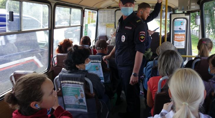 В Кирове полицейские проверяют соблюдение масочного режима в транспорте в часы пик