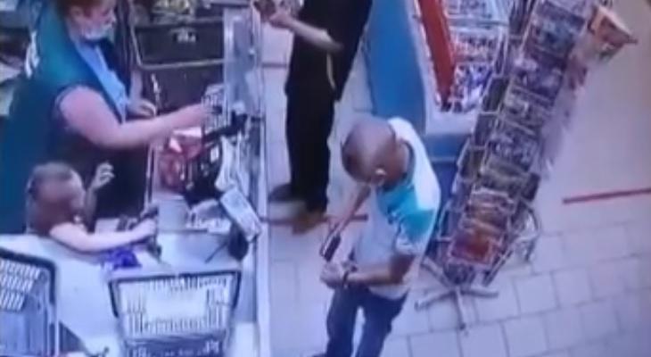 В Кирове полиция разыскивает мужчину, похитившего телефон в магазине