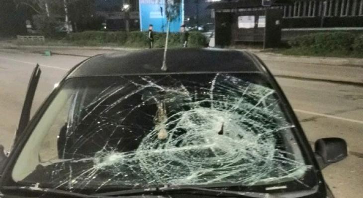 «Вырвал железную урну и с размаху швырнул в лобовое стекло»: кировчане пострадали от хулигана