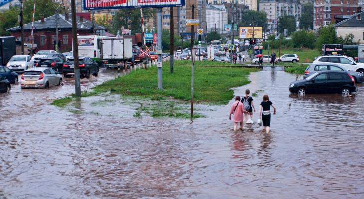 Затопленные улицы, озеро у рынка: на Киров обрушился новый потоп