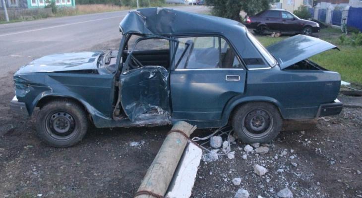 Пьяный бесправник за рулем ВАЗа наехал на опору ЛЭП в Кировской области