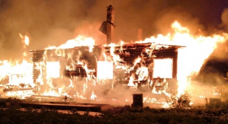 Появилось видео страшного пожара в доме в Даровском районе