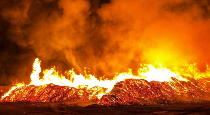 Площадь пожара огромная: в Слободском загорелись залежи опила и горбыля