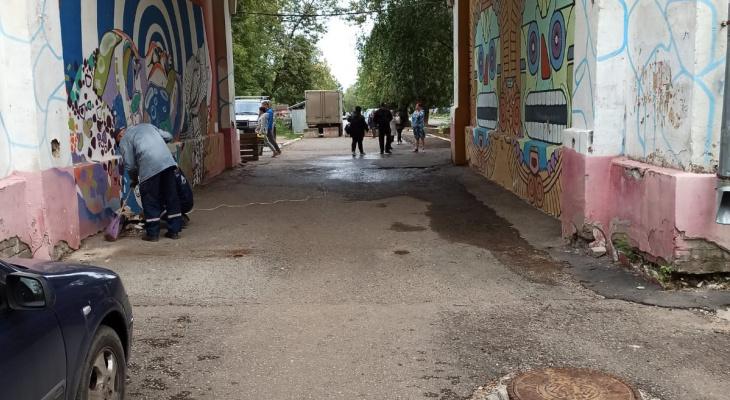 В мэрии разрешили сквозной проезд через арку на Октябрьском проспекте