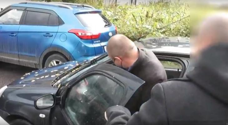 В Кирове задержали экс-снабженца АТП, подозреваемого в получении взяток: видео