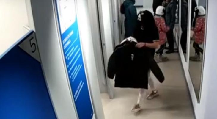 В Кирове полиция ищет женщину за кражу трех курток из магазина
