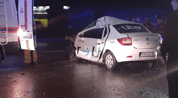 В Кирове водитель такси на Renault влетел в опору ЛЭП: 21-летний таксист погиб