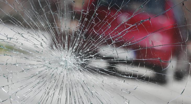 Юная кировчанка разбила ногами лобовое стекло чужого авто