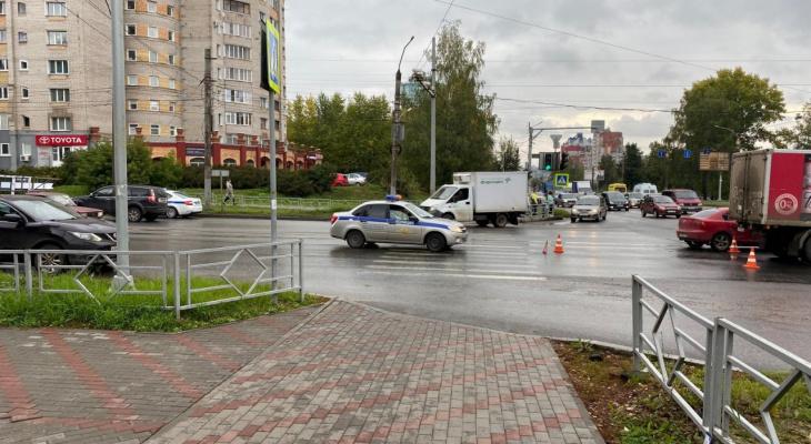 В Кирове 22-летний водитель сбил женщину: на месте работали медики