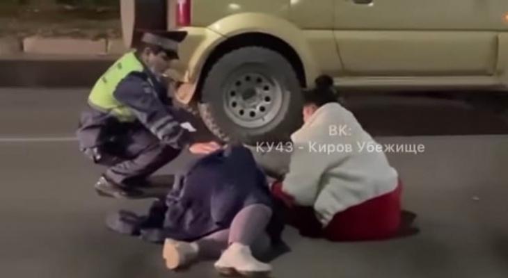 В Кирове напротив бара водитель иномарки сбил двух женщин