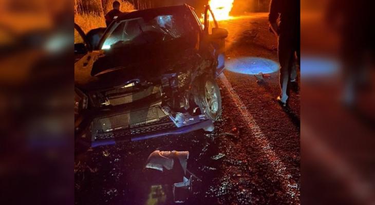 На трассе «Вятка» столкнулись 4 машины, одна из них загорелась: есть погибший