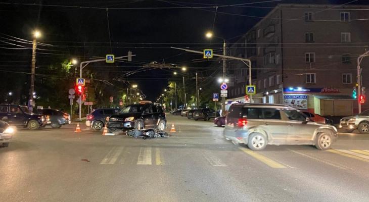 В Кирове 18-летняя девушка на мотоцикле столкнулась с иномаркой