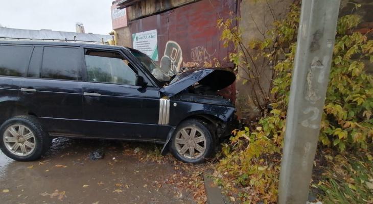 В Кирове три человека пострадали при наезде водителя Range Rover на гараж