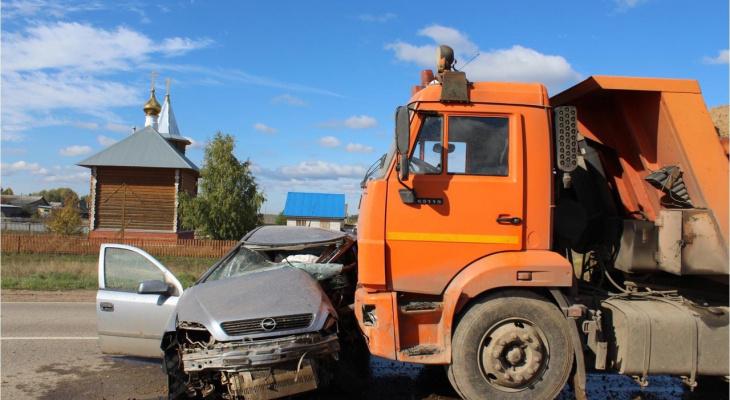 В Кировской области Opel влетел в КамАЗ: погиб водитель легковушки