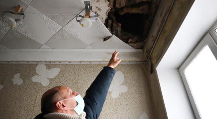 В Кирове в квартире инвалида рухнул потолок