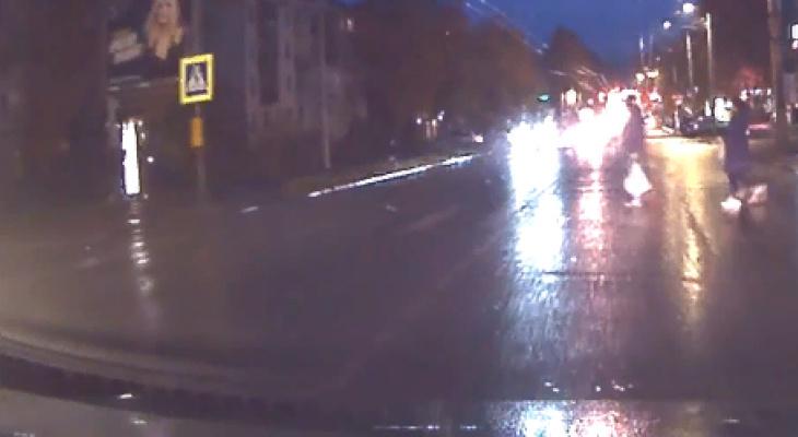 Появилось видео, как в Кирове невнимательный водитель сбил женщину-пешехода