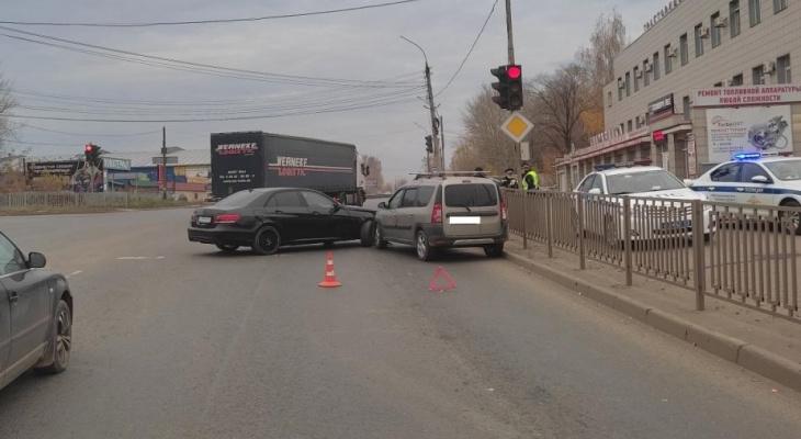 В Кирове в ДТП пострадала женщина в Mercedes